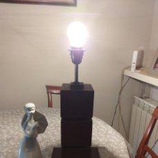 Antigüedades: LAMPARA SOBREMESA MADERA NOBLE AÑOS 70/80. Lote 216670513