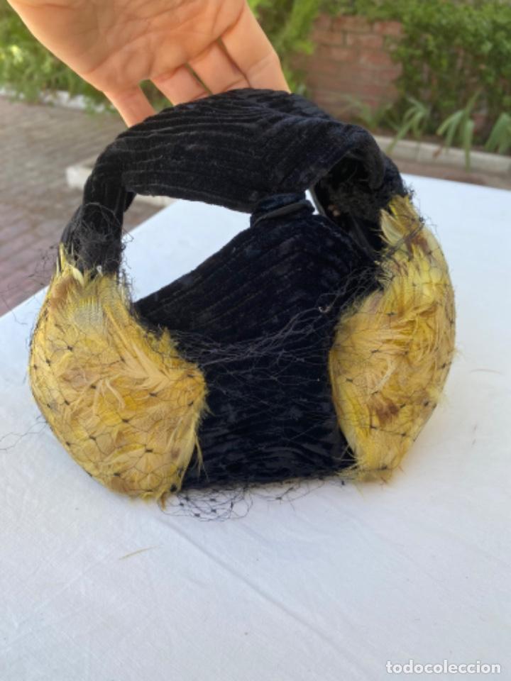 PRECIOSO SOBRERO TOCADO AÑOS 10/20 TERCIOPELO NEGRO PLUMAS AMARILLAS REDECILLA HECHO A MANO (Antigüedades - Moda - Sombreros Antiguos)