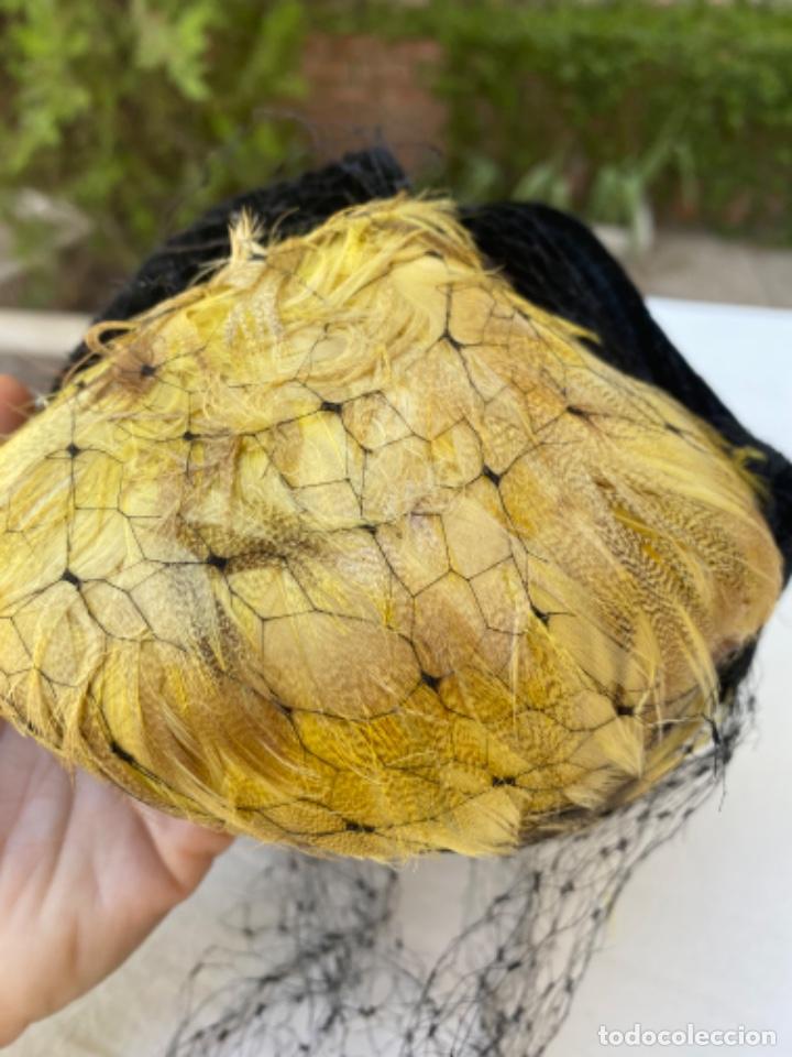 Antigüedades: Precioso sobrero tocado años 10/20 terciopelo negro plumas amarillas redecilla hecho a mano - Foto 5 - 216759815