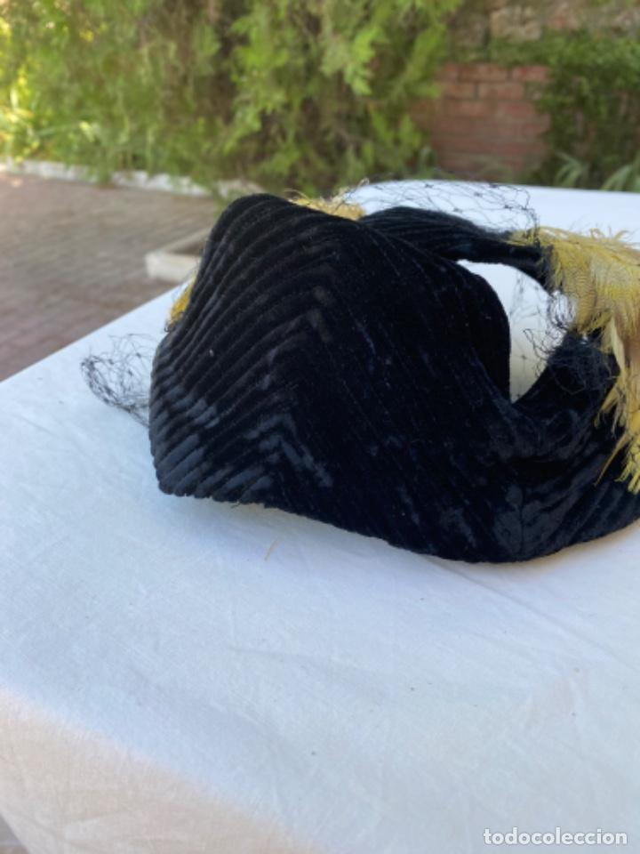 Antigüedades: Precioso sobrero tocado años 10/20 terciopelo negro plumas amarillas redecilla hecho a mano - Foto 6 - 216759815
