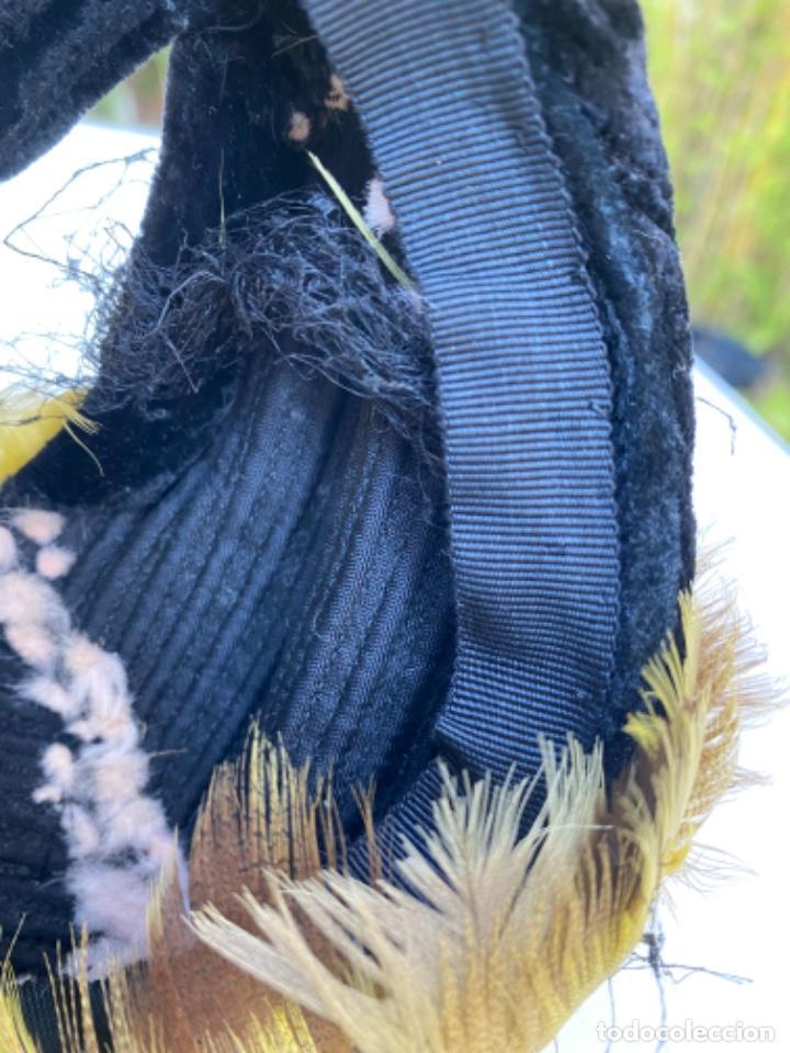 Antigüedades: Precioso sobrero tocado años 10/20 terciopelo negro plumas amarillas redecilla hecho a mano - Foto 8 - 216759815