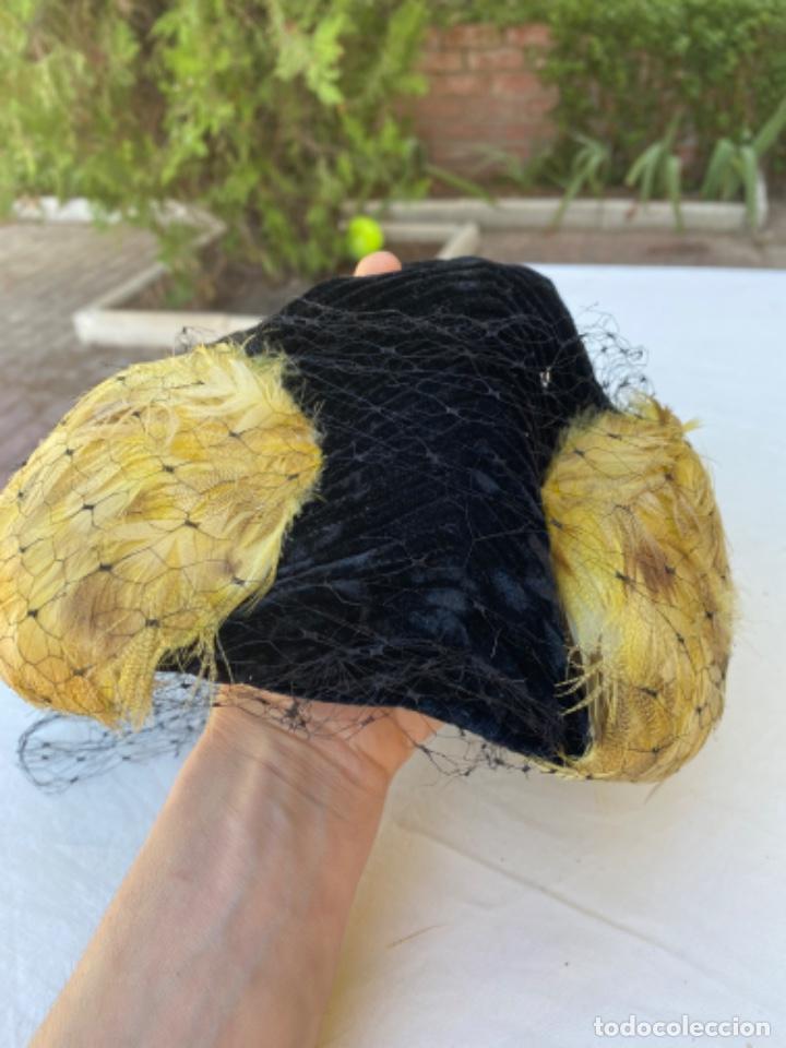 Antigüedades: Precioso sobrero tocado años 10/20 terciopelo negro plumas amarillas redecilla hecho a mano - Foto 11 - 216759815