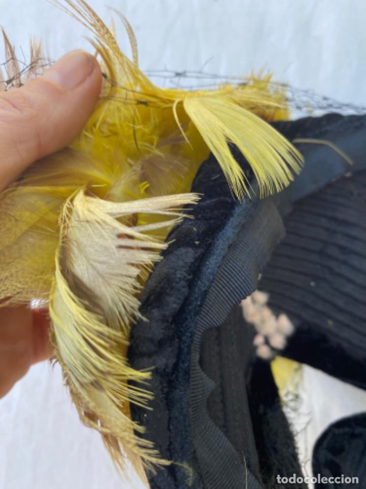 Antigüedades: Precioso sobrero tocado años 10/20 terciopelo negro plumas amarillas redecilla hecho a mano - Foto 12 - 216759815