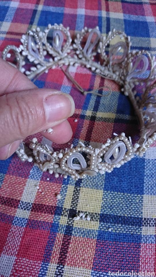 Antigüedades: Vieja corona de perlas, boda, comunión, años 60-70 - Foto 5 - 216761051