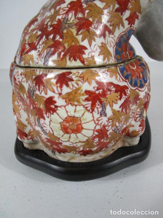 Antigüedades: Espectacular Sopera Imari, Japón - Época Meiji - Loza Policromada -Sello en la Base -Peana en Madera - Foto 4 - 216767866