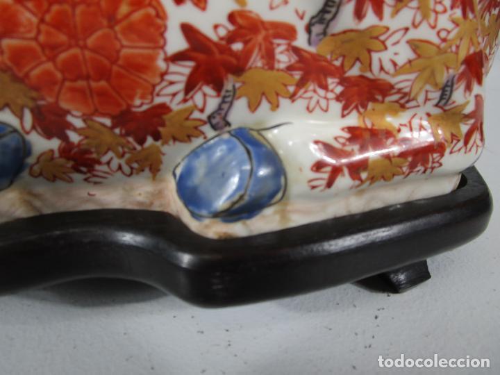 Antigüedades: Espectacular Sopera Imari, Japón - Época Meiji - Loza Policromada -Sello en la Base -Peana en Madera - Foto 9 - 216767866