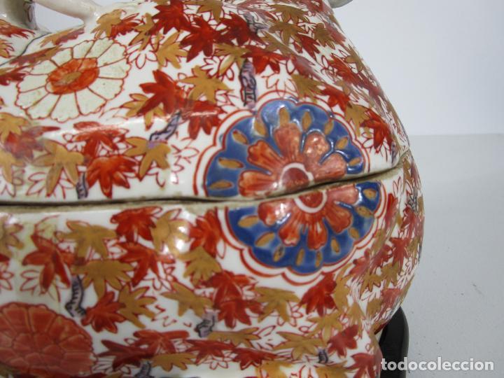 Antigüedades: Espectacular Sopera Imari, Japón - Época Meiji - Loza Policromada -Sello en la Base -Peana en Madera - Foto 10 - 216767866