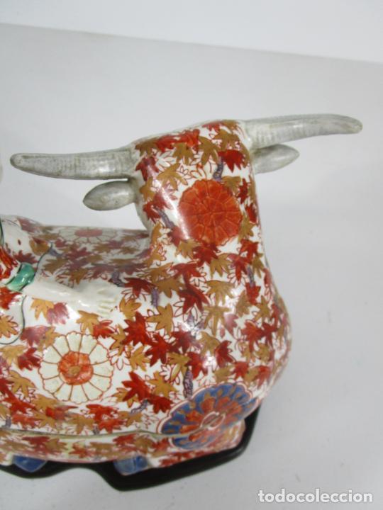 Antigüedades: Espectacular Sopera Imari, Japón - Época Meiji - Loza Policromada -Sello en la Base -Peana en Madera - Foto 12 - 216767866