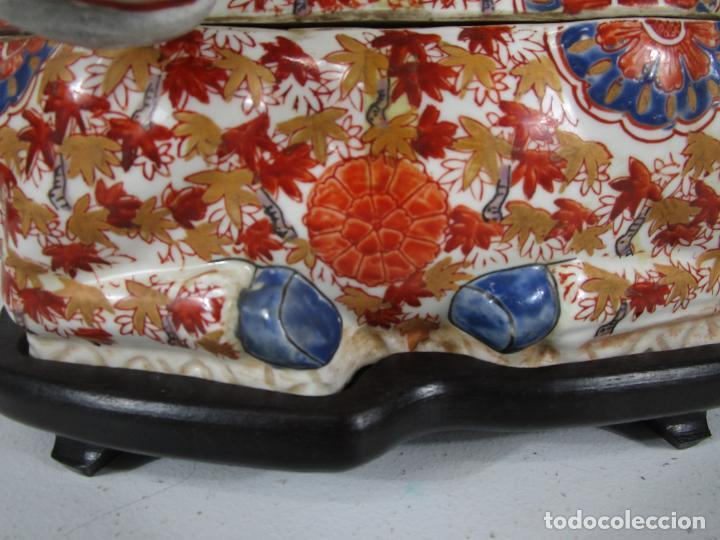 Antigüedades: Espectacular Sopera Imari, Japón - Época Meiji - Loza Policromada -Sello en la Base -Peana en Madera - Foto 20 - 216767866