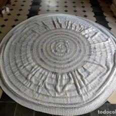 Antigüedades: ESPECTACULAR CUBRE MESA MANTEL MESA REDONDA GANCHILLO HECHO A MANO ANTIGUO 240 CM DIAMETRO. Lote 216769713