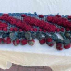 Antigüedades: ANTIGUA TIRA PASAMANERIA AGREMAN LANA BORLAS MADROÑOS VERDES VER AÑO 1900 BAJOS CORTINAS BUTACAS. Lote 216787093