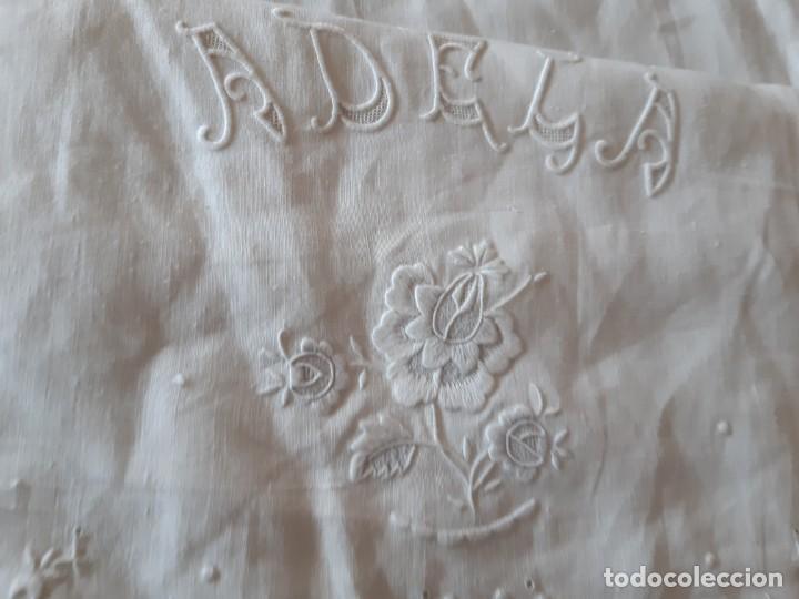 Antigüedades: MUY ANTIGUA Y ESPECTACULAR SÁBANA DE HILO FINO PURO, CON FUNDA BORDADA A MANO CON GRAN ENCAJE. - Foto 26 - 216797840
