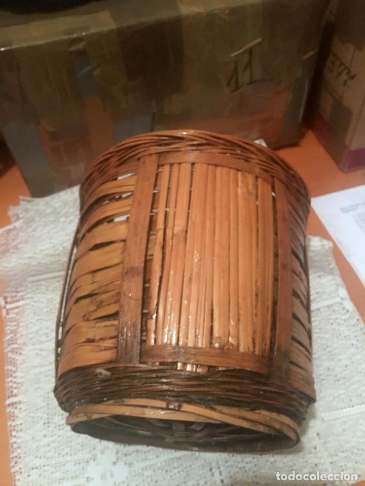 ANTIGUA CESTA, PORTAMACETAS O MACETERO DE MIMBRE (Antigüedades - Hogar y Decoración - Maceteros Antiguos)
