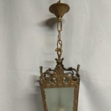 Antigüedades: LAMPARA CON CRISTAL ESMERILADO CON ADORNOS.. Lote 216829872