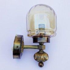 Antiquités: PRECIOSO APLIQUE DE PARED LÁMPARA DE LATÓN Y CRISTAL. Lote 216835736