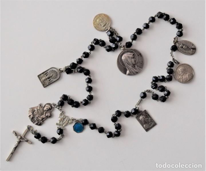 ROSARIO MUY ANTIGUO DE AZABACHE CON OCHO MEDALLAS DIVERSAS: MONSERRAT, SAN ANTONIO, FÁTIMA,... (Antigüedades - Religiosas - Rosarios Antiguos)