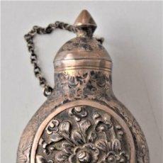 Antigüedades: BOTELLITA DE METAL PARA PERFUME SIGLO XIX CON MARCA EN LA BASE V800 Y ALTURA 82 MM EN BUEN ESTADO. Lote 216890633