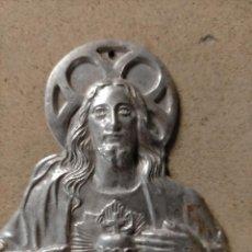 Antigüedades: ANTIGUO PROTECTOR DE PUERTA DETENTE CRISTO CORAZON DE JESUS ALUMINIO - MEDIDA EN FOTO. Lote 216900252