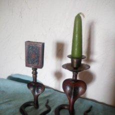 Antigüedades: PRECIOSA Y ORIGINAL PAREJA DE COBRAS EN BRONCE PINTADO PORTAVELAS Y PORTA CERILLAS. Lote 216944185