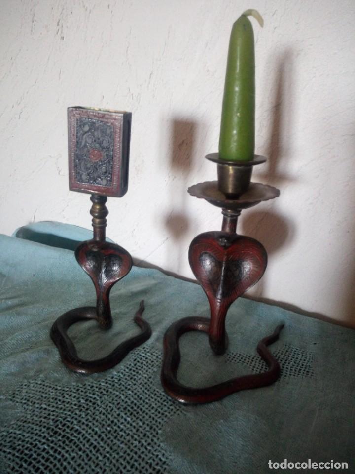 Antigüedades: Preciosa y original pareja de cobras en bronce pintado portavelas y porta cerillas - Foto 2 - 216944185
