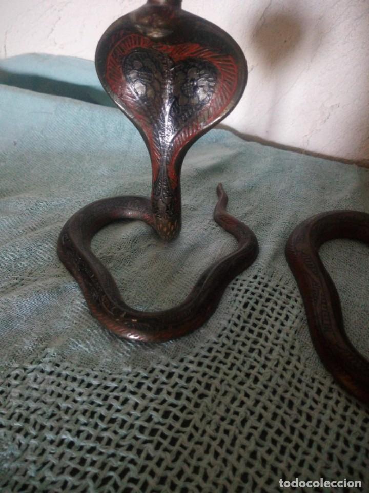 Antigüedades: Preciosa y original pareja de cobras en bronce pintado portavelas y porta cerillas - Foto 5 - 216944185