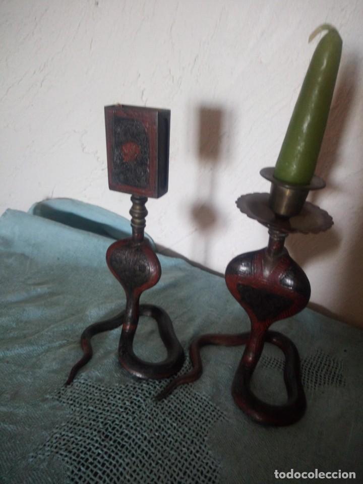 Antigüedades: Preciosa y original pareja de cobras en bronce pintado portavelas y porta cerillas - Foto 8 - 216944185