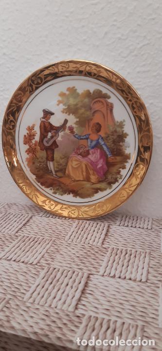 PLATO DE CERÁMICA DIBUJO FRAGONARD, BORDE EN ORO, 17 CMS. DE DIÁMETRO. (Antigüedades - Hogar y Decoración - Platos Antiguos)