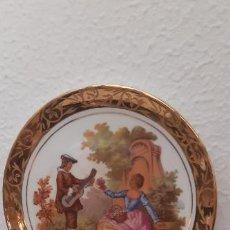 Antigüedades: PLATO DE CERÁMICA DIBUJO FRAGONARD, BORDE EN ORO, 17 CMS. DE DIÁMETRO.. Lote 217009076