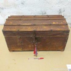Antigüedades: PEQUEÑO BAÚL. FINALES SIGLO XVIII. CON SU LLAVE.. Lote 217016418