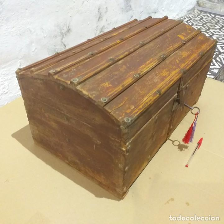 Antigüedades: Pequeño baúl. Finales siglo XVIII. Con su llave. - Foto 2 - 217016418