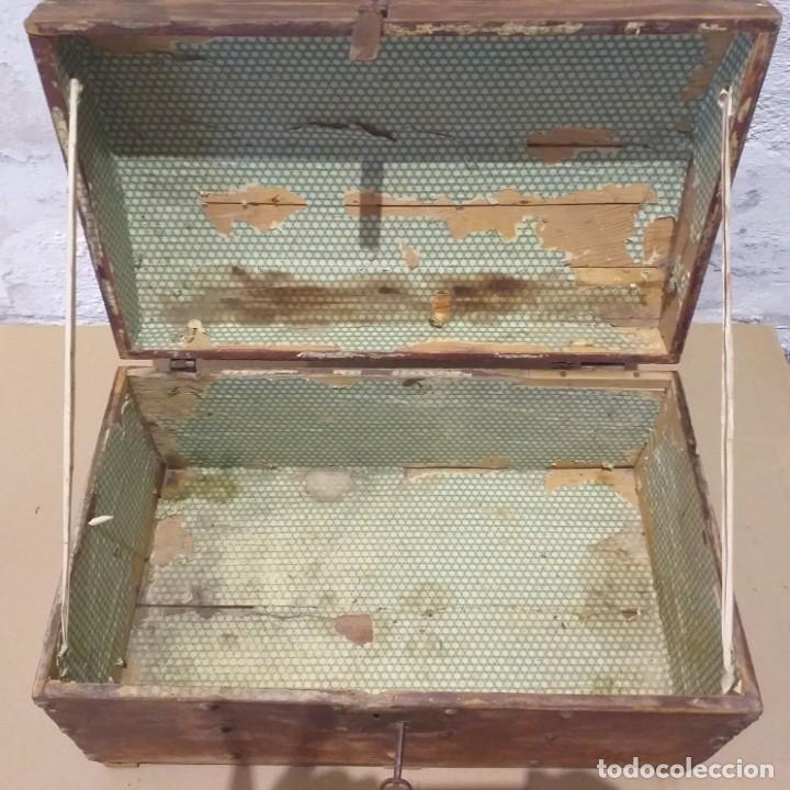 Antigüedades: Pequeño baúl. Finales siglo XVIII. Con su llave. - Foto 3 - 217016418