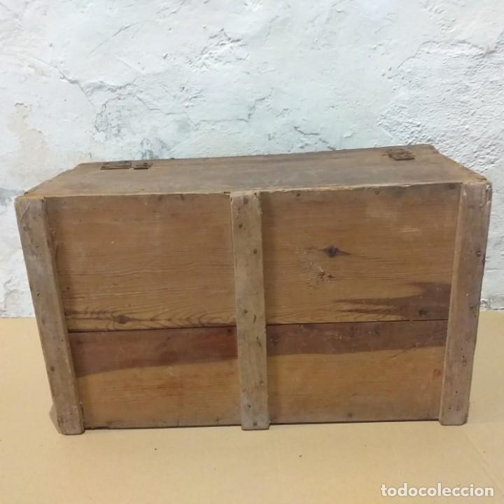 Antigüedades: Pequeño baúl. Finales siglo XVIII. Con su llave. - Foto 5 - 217016418