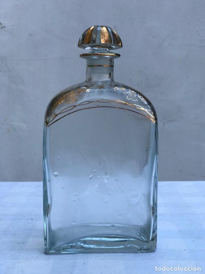 LIQUOR BOTTLE JEREZ SPAIN ANTIGUA BOTELLA ORNAMENTADA CON RAMOS DE UVA Y TAPÓN, PAN DE ORO (Antigüedades - Cristal y Vidrio - Otros)