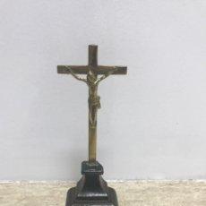 Antigüedades: ANTIGUO CRUCIFIJO DE BRONCE CON BASE DE MADERA LACADA NEGRA. FINALES SIGLO XIX.. Lote 217071912