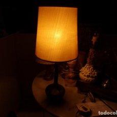 Antigüedades: ANTIGUA LAMPARA DE MESA CON PARTES DE PLATA FUNCIONANDO. Lote 217077696