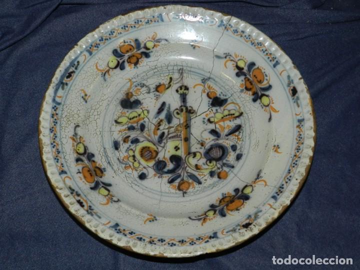 (M) ANTIGUO PLATO DE TRIANA ( SEVILLA ) S.XVIII POLICROMADO LAÑADO DE EPOCA TEMAS FLORALES (Antigüedades - Porcelanas y Cerámicas - Triana)