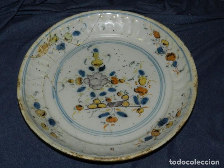 (M) ANTIGUO PLATO DE TRIANA (SEVILLA) S.XVIII - TEMAS FLORALES 36 CM. ESTA LAÑADO DE EPOCA (Antigüedades - Porcelanas y Cerámicas - Triana)
