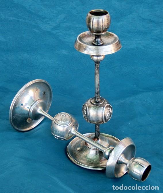 BONITA Y ORIGINAL PAREJA DE CANDELABROS - TEMÁTICA CLÁSICA - CANDELEROS DE METAL - VELAS - RAROS (Antigüedades - Iluminación - Candelabros Antiguos)