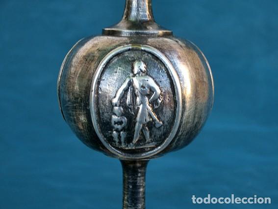 Antigüedades: BONITA Y ORIGINAL PAREJA DE CANDELABROS - TEMÁTICA CLÁSICA - CANDELEROS DE METAL - VELAS - RAROS - Foto 6 - 217090501