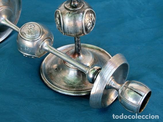 Antigüedades: BONITA Y ORIGINAL PAREJA DE CANDELABROS - TEMÁTICA CLÁSICA - CANDELEROS DE METAL - VELAS - RAROS - Foto 8 - 217090501