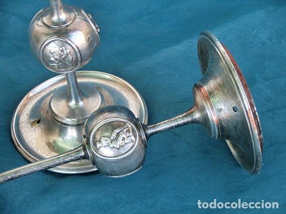 Antigüedades: BONITA Y ORIGINAL PAREJA DE CANDELABROS - TEMÁTICA CLÁSICA - CANDELEROS DE METAL - VELAS - RAROS - Foto 11 - 217090501