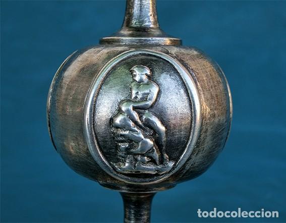 Antigüedades: BONITA Y ORIGINAL PAREJA DE CANDELABROS - TEMÁTICA CLÁSICA - CANDELEROS DE METAL - VELAS - RAROS - Foto 13 - 217090501