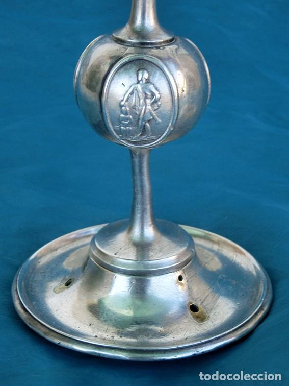 Antigüedades: BONITA Y ORIGINAL PAREJA DE CANDELABROS - TEMÁTICA CLÁSICA - CANDELEROS DE METAL - VELAS - RAROS - Foto 15 - 217090501
