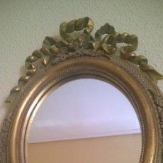 Antigüedades: BONITO ESPEJO OVALADO CON MARCO DORADO Y LAZO. Lote 217175122