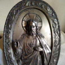Antigüedades: CORAZÓN DE JESÚS EN MEDIO RELIEVE DE CHAPA PLATEADAS OVALADA. Lote 217179207