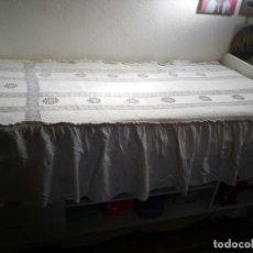 Antigüedades: 2 COLCHAS DE GANCHILLO IGUALES HECHAS A MANO CON VOLANTES PARA CAMA 90CM. MEDIDAS 90X1,90. Lote 217194912