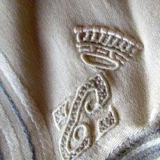 Antigüedades: PAÑUELO DE SEDA CON CORONA CONDAL Y C- 37 CM-MUY ANTIGUO. Lote 217201983