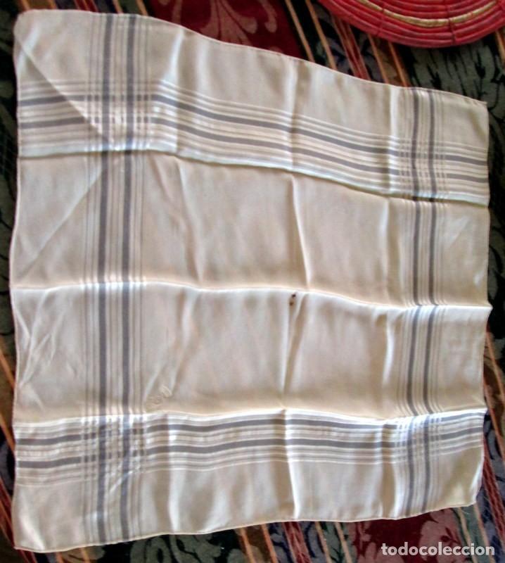 Antigüedades: PAÑUELO DE SEDA CON CORONA CONDAL Y C- 37 cm-MUY ANTIGUO - Foto 3 - 217201983