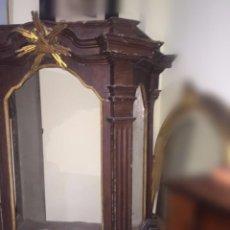 Antigüedades: VITRINA SIGLO XVIII POLICROMADA Y DORADA.. Lote 217244000