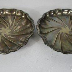 Antigüedades: DECORATIVA PAREJA DE BANDEJAS PLATEADAS - BAÑO DE PLATA - DIÁMETRO - 38 CM. Lote 217245275